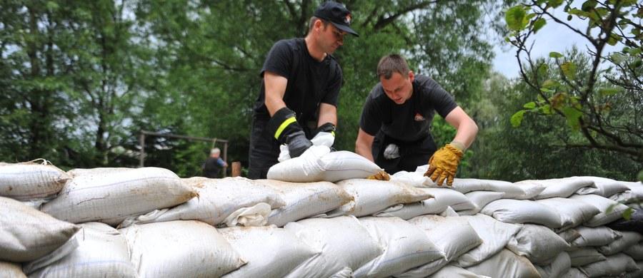 Przerwał się wał przeciwpowodziowy w miejscowości Porzecze w województwie zachodniopomorskim. Woda wylewa się z długiej na 10 metrów dziury.