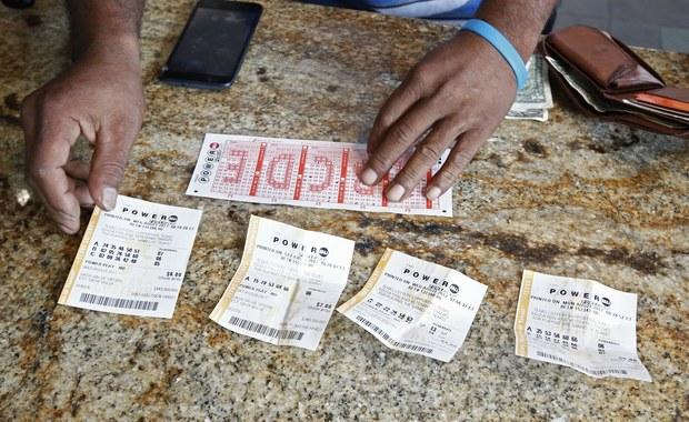 Szczęśliwiec z amerykańskiego stanu Massachusetts jako jedyny poprawnie wytypował wszystkie sześć liczb w środowym losowaniu amerykańskiej loterii Powerball, dzięki czemu wygrał blisko 760 mln dolarów.