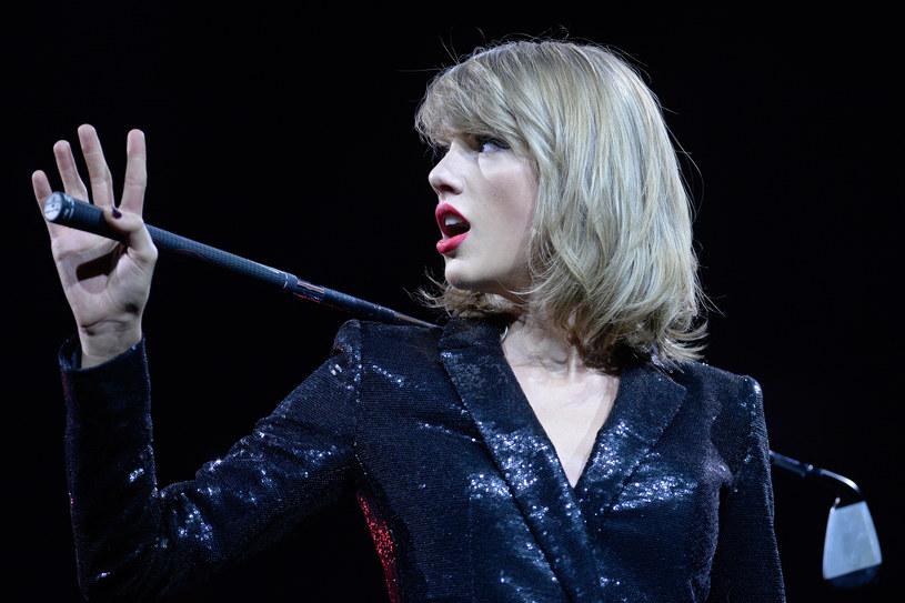 """Taylor Swift ujawniła zapowiadany i wyczekiwany pierwszy singel zwiastujący jej nową płytę """"Reputation"""". Utworowi """"Look What You Made Me Do"""" towarzyszy tzw. lyric video, które możecie zobaczyć poniżej."""