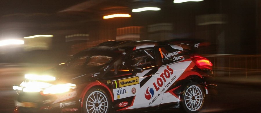 Załoga LOTOS Rally Team kontynuuje walkę o trzeci z rzędu tytuł Rajdowych Mistrzów Europy. Trwa rywalizacja w Rajdzie Barum, szóstej rundzie cyklu. Konkurencja u południowych sąsiadów jak zwykle dopisała i w rajdzie bierze udział aż 37 załóg jadących samochodami klasy R5, najwyższej w cyklu FIA ERC. Zawody rozpoczął piątkowy super odcinek specjalny po ulicach Zlína, rozgrywany w późnych godzinach wieczornych. Próba wytyczona była w ścisłym centrum miasta i jak zwykle zgromadziła przy trasie dziesiątki tysięcy osób, które żywiołowo wspierały swoich idoli.