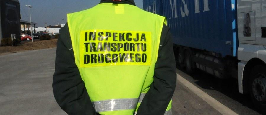 Śmierć inspektora transportu drogowego na trasie S8 pomiędzy Sieradzem a Kępnem w Łódzkiem. 34-latek został śmiertelnie potrącony na zjeździe na parking w okolicy miejscowości Chojny.