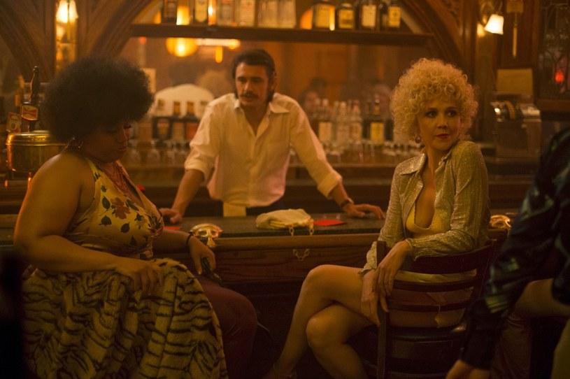 """Pierwszy odcinek nowego serialu """"Kroniki Times Square"""" (The Deuce) jest już dostępny w HBO GO. """"Kroniki Times Square"""" to nowa produkcja Davida Simona i George'a Pelecanosa o czasach, w których pionierzy przemysłu porno rozkręcali swoje interesy w centrum największej amerykańskiej metropolii. W rolach głównych występują James Franco i Maggie Gyllenhaal. Premiera serialu odbędzie się w poniedziałek, 11 września o godz. 3 w nocy w HBO równo z amerykańską premierą."""