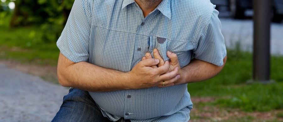 Temperatura ma istotne znaczenie dla ryzyka zawału serca, gdy jest zimno, ryzyko znacząco rośnie - przekonują badacze z Uniwersytetu w Lund. Wyniki ich analiz, obejmujących 16 lat i w sumie ponad 280 tysięcy przypadków zawału serca w Szwecji zaprezentowano właśnie podczas kongresu Europejskiego Towarzystwa Kardiologicznego w Barcelonie. Ustalono, że w dniach z temperaturą poniżej zera rejestruje się w Szwecji przeciętnie o cztery przypadki zawału serca więcej, niż wtedy, gdy temperatura przekracza +10 stopni Celsjusza.