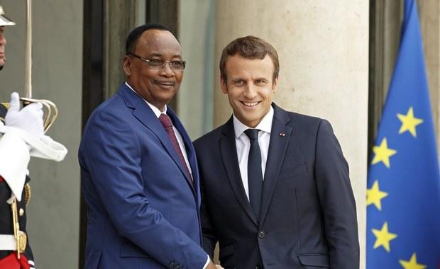 By ograniczyć niekontrolowany napływ migrantów z Afryki do Europy, prezydent Francji Emmanuel Macron zaproponował, by już w Afryce rozpoczynać procedurę przyznawania azylu tym, którzy mają do niego prawo. Migracji poświęcony był szczyt w Paryżu.