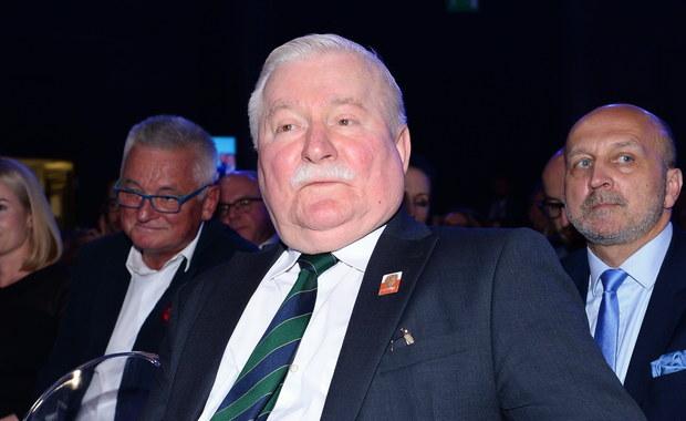 """Nic na mnie nie znajdą. Mogą tylko sfabrykować - powiedział w wywiadzie dla 'Rzeczpospolitej"""" były prezydent Lech Wałęsa. """"Nie boję się IPN, prokuratury Ziobry ani PiS. Boję się tylko Pana Boga i troszeczkę żony"""" - zaznaczył."""