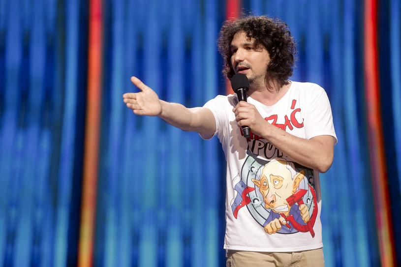 Mariusz Kałamaga to jeden z najpopularniejszych polskich satyryków. Przez lata występował z kabaretem Łowcy.B, teraz najczęściej pojawia się na scenie w pojedynkę. Chętnie udziela się w imprezach charytatywnych - takich jak niedzielny Wielki Mecz TVN vs. WOŚP, w któym zagra w drużynie Jurka Owsiaka.