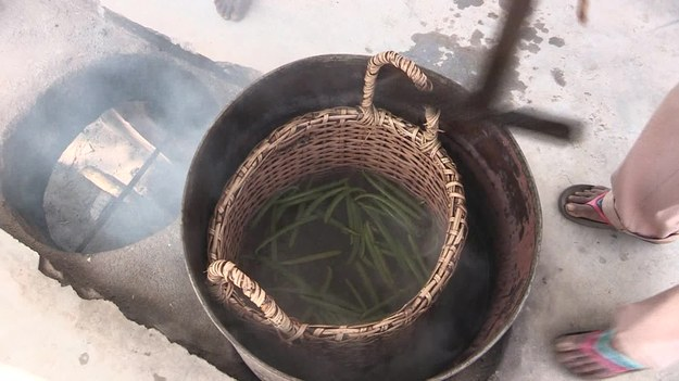 Blisko 80 proc. światowej produkcji wanilii pochodzi z Madagaskaru. Popyt na tę przyprawę od lat przewyższa podaż. Rosną więc ceny wanilii. W tym roku za kilogram trzeba zapłacić ok. 600 dolarów. Wysoka cena przyczynia się do wzrostu przestępczości. Rolnicy, którzy uprawiają wanilię, muszą pilnować plantacji w dzień i w nocy. W każdej chwili mogą zginąć...