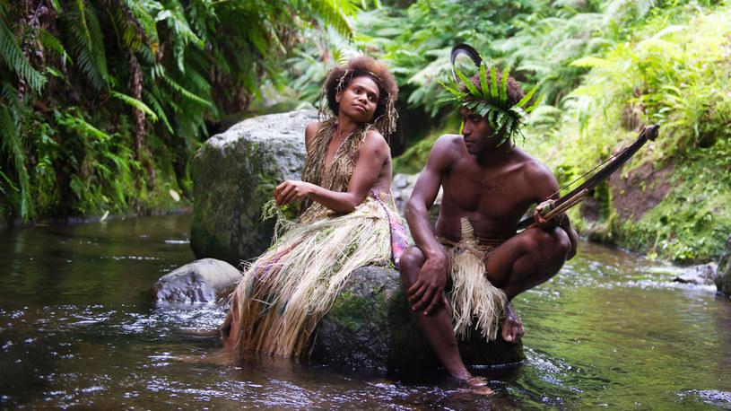 Przenieść jedną z najsłynniejszych historii miłosnych na małą wysepkę na południowym Pacyfiku. Oprzeć ją na faktach. Zaangażować lokalną społeczność. W rezultacie powstanie film niezwykły - opowieść nie tyle o zakazanej miłości, co o ginącej kulturze.