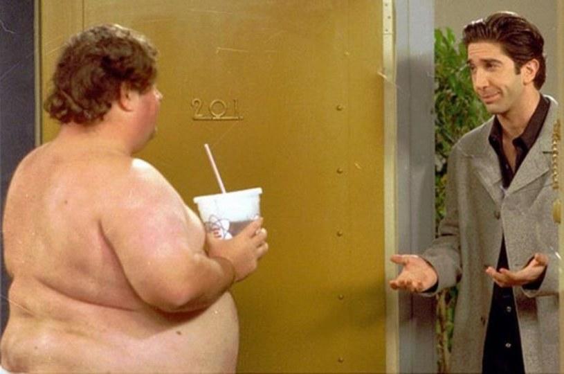 """Jeden z największych sekretów serialu """"Przyjaciele"""" w końcu został ujawniony. Dowiedzieliśmy się, kim jest zagadkowy """"Ugly Naked Guy""""."""