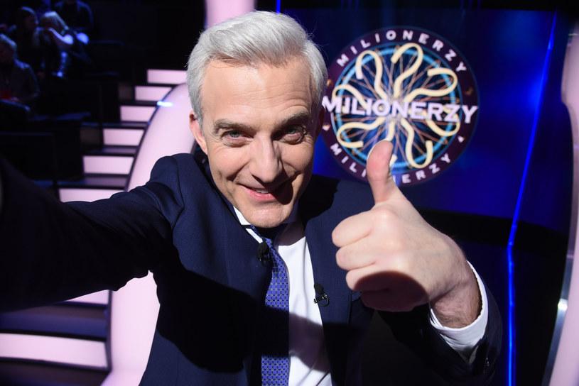 """Dziennikarz i aktor. Od lat, z przerwami, jest gospodarzem """"Milionerów"""". Jego głos zna dziś cała Polska. – Kocham ten program, bo jest najbardziej mój ze wszystkich – wyznaje Hubert Urbański."""