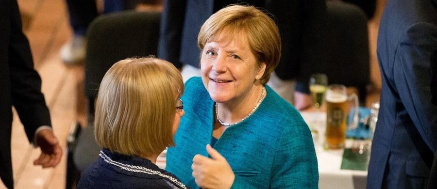 """Kanclerz Niemiec Angela Merkel opowiedziała się w wywiadzie dla dziennika """"Rheinische Post"""" za utrzymaniem obowiązujących od dwóch lat kontroli granicznych. Komisja Europejska, której zgoda jest do tego konieczna, rozumie argumenty Berlina - dodała."""