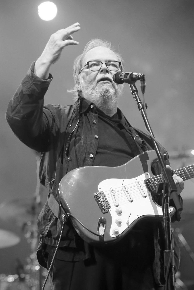 Niewiele ponad tydzień po śmierci Waltera Beckera, współzałożyciela i gitarzysty amerykańskiej grupy Steely Dan, ogłoszono, że w połowie października zespół ruszy w trasę będącą hołdem dla zmarłego muzyka.