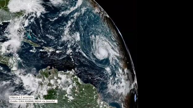 """Po huraganie Harvey, który wywołał powodzie w Teksasie, w kierunku Ameryki Północnej przesuwa się kolejny potężny huragan nazwany Irma. Ma już siłę trzeciego stopnia w pięciostopniowej skali Saffira-Simpsona i znajduje się kilka tysięcy kilometrów od Florydy.  Trzecia kategoria oznacza, że wiatry w huraganie wieją z prędkością od 180 do 209 km/h. Amerykańskie Narodowe Centrum ds. Huraganów (NHC) przestrzega, że Irma może być """"skrajnie niebezpieczna"""", o ile dotrze do amerykańskich wybrzeży.   Ponieważ Irma jest jeszcze bardzo oddalona od lądów, nie wydano żadnych ostrzeżeń dla ludności. (STORYFUL/x-news)   UWAGA! Ze względu na przepisy licencyjne materiał dostępny tylko na terytorium Polski."""