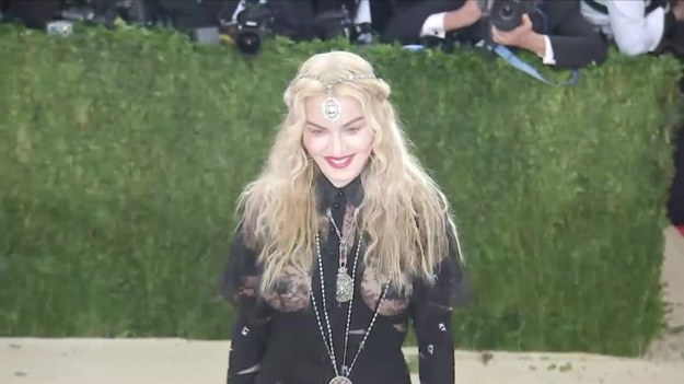 """Madonna ma nowy dom! Gwiazda wyprowadziła się do Portugalii. Podobno zakochała się w niej podczas swojej trasy koncertowej w 2004 roku. """"Energia jest tutaj bardzo inspirująca. Czuję się kreatywna i pełna życia. Nie mogę się doczekać pracy nad filmem i tworzeniem nowej muzyki. Pora na podbijanie świata z innego punktu!"""" - napisała na swoim Instagramie. Wokalistka mieszkała w Nowym Jorku. (Associated Press/x-news)   UWAGA! Ze względu na przepisy licencyjne materiał dostępny tylko na terytorium Polski."""