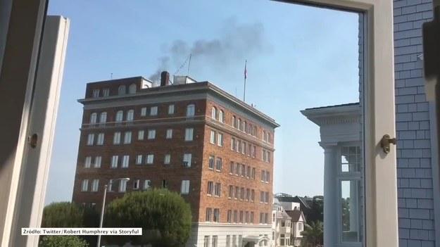 San Francisco, Kalifornia, Stany Zjednoczone. Z komina rosyjskiego konsulatu w San Francisco, którego zamknięcie nakazały amerykańskie władze, wydobywał się gryzący czarny dym. Wezwanych na miejsce strażaków nie wpuszczono do środka. (STORYFUL/x-news)   UWAGA! Ze względu na przepisy licencyjne materiał dostępny tylko na terytorium Polski.