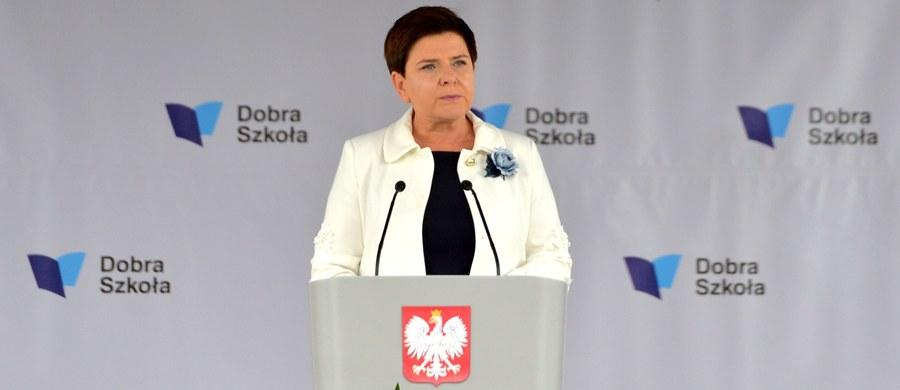Pensje nauczycieli wzrosną w ciągu trzech lat o 15 proc. - zapowiedziała w poniedziałek premier Beata Szydło. Pierwsza podwyżka ma nastąpić 1 kwietnia 2018, druga - 1 stycznia 2019, trzecia 1 stycznia 2020.