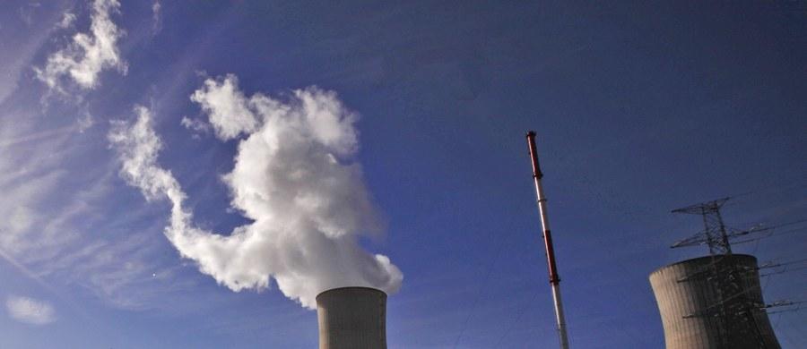Na terenie belgijskiej elektrowni jądrowej Tihange nie doszło do awarii, w związku z czym nie istnieje jakiekolwiek zagrożenie radiacyjne - uspokaja Państwowa Agencja Atomistyki. Ostrzega, by nie podejmować żadnych działań, np. nie przyjmować preparatów z jodem na własną rękę. Z kolei resort zdrowia wydał komunikat, w którym przestrzega, żeby nie przyjmować samodzielnie preparatów z jodem, bo może on wywołać niepożądane skutki.