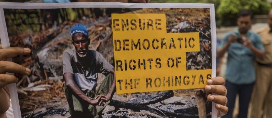 """Policja w Moskwie zatrzymała w poniedziałek pod ambasadą Birmy około 20 osób protestujących przeciw przemocy wobec muzułmanów Rohingya. Demonstranci powiedzieli mediom, że chcieli skierować do ambasadora list z żądaniem zaprzestania """"ludobójstwa muzułmanów""""."""