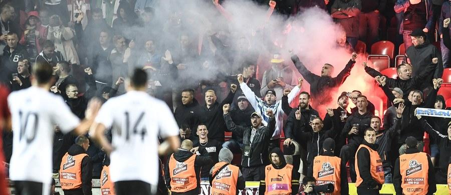Niemieccy działacze poszukują rozwiązań, aby nie dopuścić do powtórki sytuacji z meczu eliminacji piłkarskich mistrzostw świata z Czechami. W piątek w Pradze kibice gości wznosili nazistowskie okrzyki. Prezes Reinhard Grindel chce przedyskutować temat z UEFA.