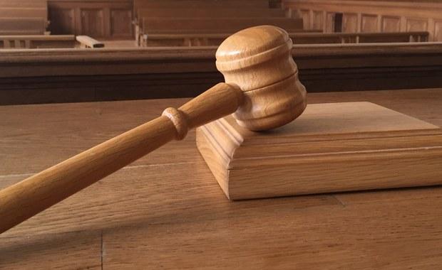 Kary od sześciu lat bezwzględnego więzienia do pięciu miesięcy więzienia z warunkowym zawieszeniem wykonania kary oraz grzywny, orzekł w poniedziałek Sąd Okręgowy w Kielcach wobec 33 osób, oskarżonych o przestępstwa karno-skarbowe. Chodziło m.in. o oszustwa w obrocie złomem.