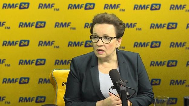"""""""Myślę, że to jest kwestia najbliższego miesiąca, kiedy pan minister Radziwiłł przedstawi projekt ustawy zakładającej powrót opieki medycznej do szkół"""" – zadeklarowała w Porannej rozmowie w RMF FM Anna Zalewska. """"Od wiosny następnego roku jest na to realna szansa"""" – oceniła minister edukacji dodając, że w ministerstwie zdrowia jest """"sporo pieniędzy"""" na ten cel. Mówiła też o dentystach, którzy mieliby leczyć zęby uczniów. """"Niekoniecznie muszą się wprost w szkole pojawić. Wystarczy umowa z dentystą, który ma swój gabinet poza terenem szkoły. Ale taka umowa która spowoduje że będzie on miał obowiązek na przykład z danej szkoły wyleczyć zęby. Nie tylko przebadać i wydać karteczkę że potrzebne jest takie leczenie"""" – stwierdziła Zalewska. Robert Mazurek pytał też szefową resortu oświaty o to, jak zachęcić uczniów do czytania. Receptą ma być głośne czytanie w szkole podstawowej. """"Czytamy codziennie. Możemy to nawet zrobić na matematyce, wtedy, kiedy na przykład trzeba wyciszyć dzieci"""" – uznał gość RMF FM."""