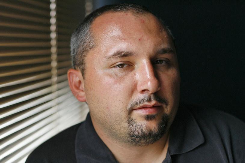 """Patryk Vega wyreżyseruje nowego """"Pitbulla"""". Nie będzie to jednak wersja pełnometrażowa, a miniserial telewizyjny - donosi magazyn """"Flesz"""". Ostatnią część filmowej trylogii """"Pitbull"""" reżyseruje Władysław Pasikowski."""
