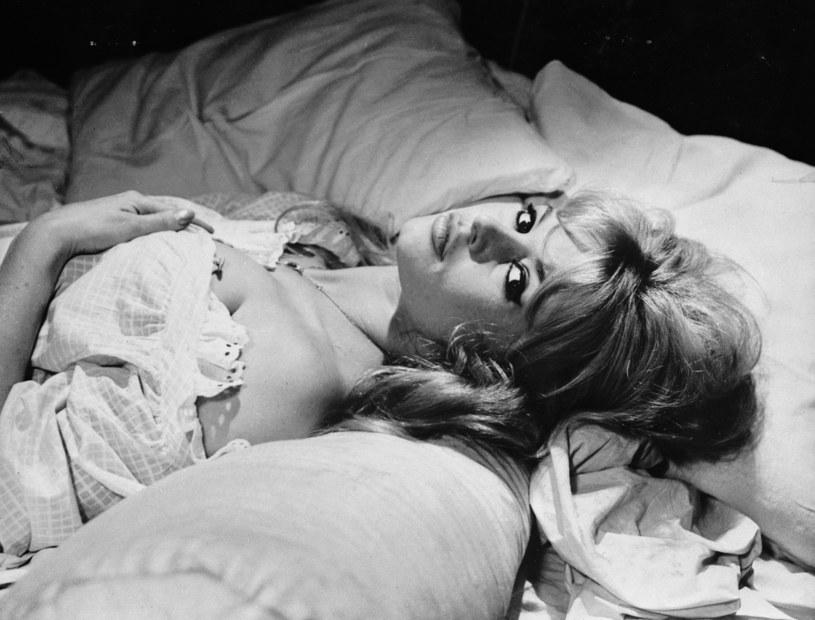 Była uwielbiana i budziła zgorszenie. Fascynowała bowiem nie tylko urodą, ale i nieskrępowanym erotyzmem. Dlatego wielu uważało Brigitte Bardot za kobietę niemoralną.