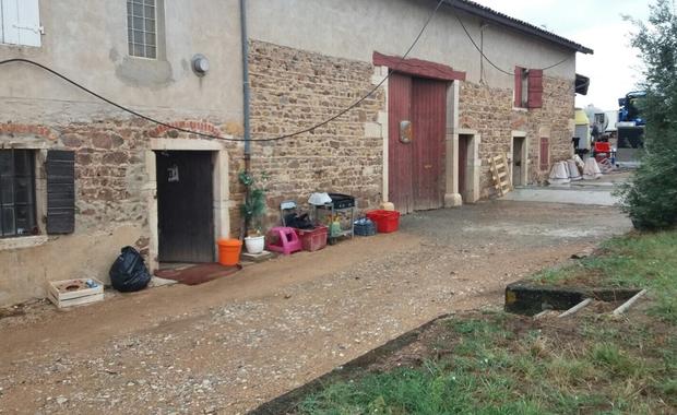 Francuska prokuratura wszczęła dochodzenie po ujawnieniu przez korespondenta RMF FM Marka Gładysza niejasnych okoliczności śmierci polskiego pracownika przy winobraniu w Saint-Etienne-des-Oullieres koło Lyonu. Żandarmeria sprawdza na miejscu warunki zakwaterowania Polaków i ustala, czy właściciele winnicy przestrzegają kodeksu pracy.