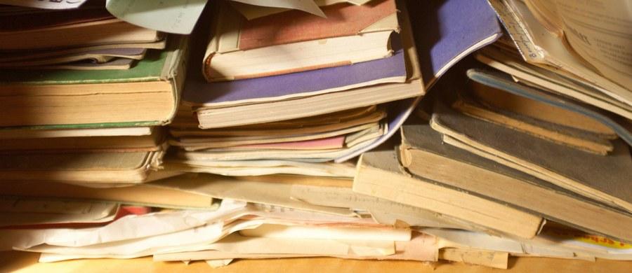 Kilka tysięcy miłośników literatury wzięło udział w sobotę w weekendowym recyklingu książek w Paryżu, by oddać książki na makulaturę, ale też by wymieniać się nimi i o nich dyskutować. Miejsce spotkania zamieniło się w otwartą bibliotekę na świeżym powietrzu.