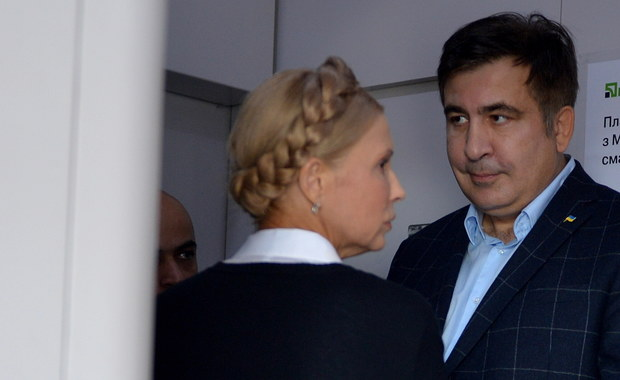 """Były prezydent Gruzji Micheił Saakaszwili, który przez wiele godzin próbował dotrzeć na Ukrainę, przekroczył już granicę i udał się do Lwowa. Saakaszwili po konferencji prasowej w Przemyślu wsiadł do pociągu relacji Przemyśl-Kijów; ogłoszono jednak, że pociąg nie ruszy, dopóki znajduje się w nim """"osoba, która nie ma prawa wjazdu na Ukrainę"""". Polityk przesiadł się do innego składu, ale i tu mu się nie udało. Po południu Saakaszwili dotarł do polsko-ukraińskiego przejścia drogowego w Medyce, gdzie został odprawiony przez polskie służby graniczne. Wieczorem zwolennicy Saakaszwilego """"wnieśli go na rękach"""" na Ukrainę. Przejście graniczne przez kilka godzin było zamknięte. Były prezydent Gruzji zapowiedział, że chce przeprowadzić we Lwowie wiec. W centrum miasta pojawiły się już wzmożone siły policyjne."""