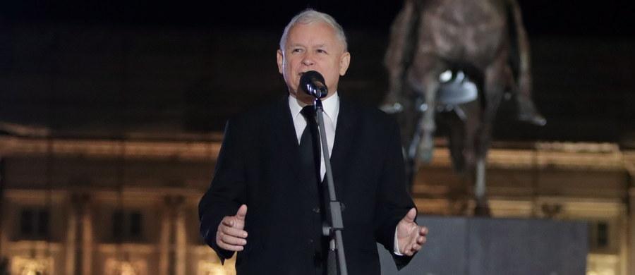 Cierpliwość i konsekwencja zwycięża - podkreślił w niedzielę pod Pałacem Prezydenckim prezes Prawa i Sprawiedliwości Jarosław Kaczyński, zwracając uwagę podczas obchodów 89. miesięcznicy katastrofy smoleńskiej, że Marsz Pamięci przeszedł w niedzielę ulicami Warszawy w spokoju.