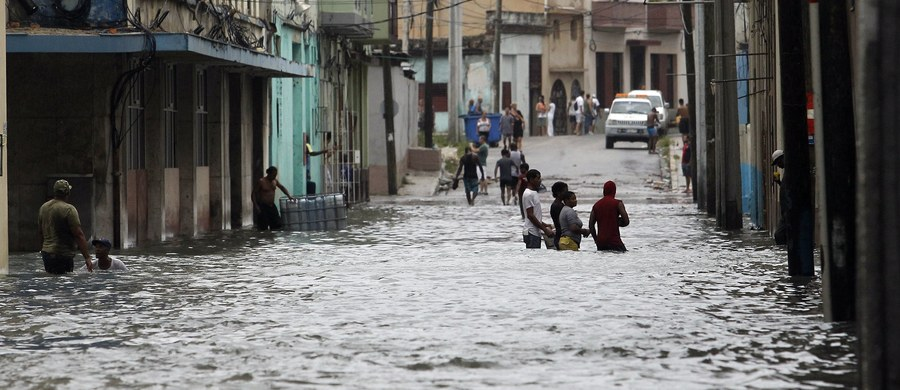 Setki domów bez dachów, osiedle na wybrzeżu morskim w miasteczku Caibarien, 320 km na wschód od Hawany, całkowicie pod wodą, zalany bulwar nadmorski, słynny Malecon w stolicy, i woda, która wtargnęła na 600 m w głąb miasta, ale brak doniesień o ofiarach.