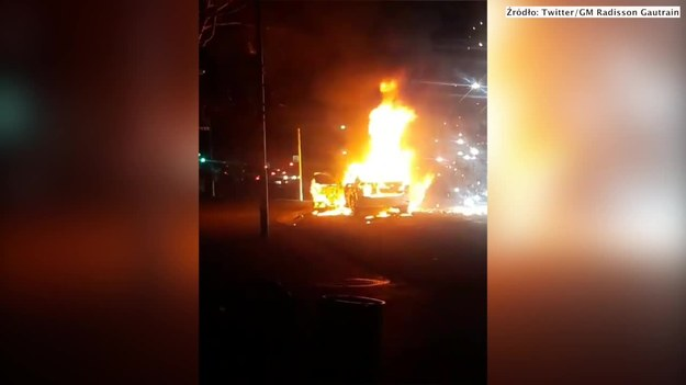 W czwartkowy wieczór ulice północnego Johannesburga zabłysnęły po tym jak dwa samochody Ubera zostały obrzucone koktajlami Mołotowa. Ataku mieli dokonać taksówkarze. Firma potwierdziła podpalenie jednego z pojazdów. Po tym zdarzeniu kierowcy Ubera zjednoczyli się i rozpoczęli poszukiwania sprawców. W odpowiedzi spalono jedną taksówkę. Jak podały lokalne media, to nie był pierwszy taki akt agresji w sporze taksówkarzy z kierowcami Ubera. (STORYFUL/x-news)   UWAGA! Ze względu na przepisy licencyjne materiał dostępny tylko na terytorium Polski.
