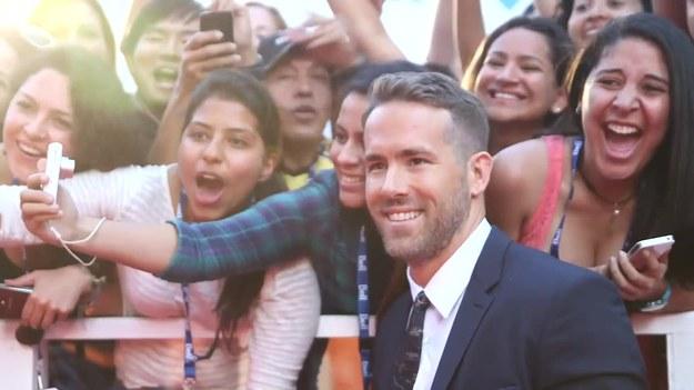 """Ryan Reynolds zachęcił fanów do pomagania poszkodowanym przez huragany Harvey i Irma. Na swój profil instagramowy wrzucił zdjęcie w koszulce z napisem """"Hope. Heal. Rebuild"""". Aktor namawiał do nabycia T-shirtów na specjalnie uruchomionej stronie lub przekazywania darowizn odpowiednim instytucjom charytatywnym. Dochód ze sprzedaży zostanie przeznaczony na zakup środków pierwszej pomocy, ważnych leków i butelkowanej wody. (Cover Video/x-news)   UWAGA! Ze względu na przepisy licencyjne materiał dostępny tylko na terytorium Polski."""