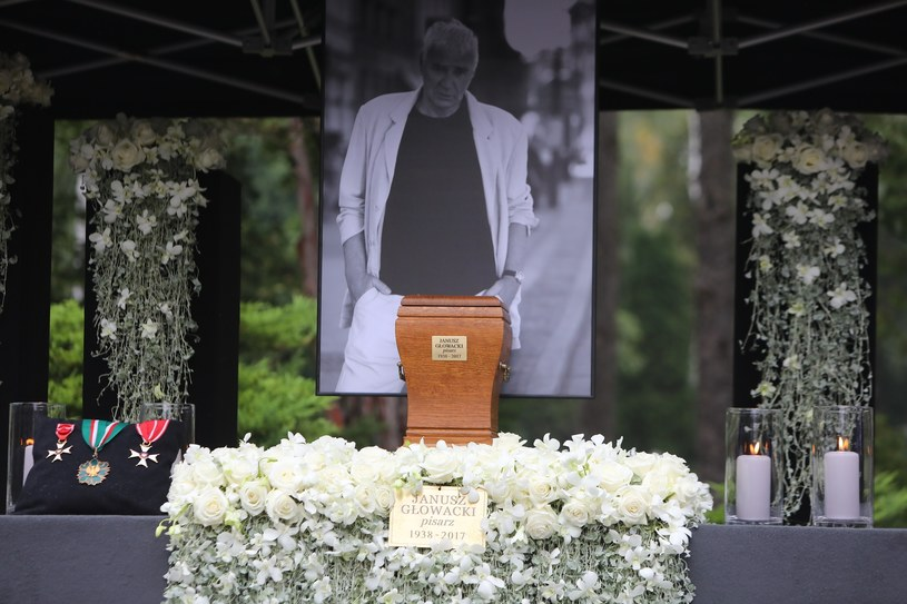 - Prochem jesteś, ale Pan cię wskrzesi w dniu ostatecznym. Tak wierzę. Szukajcie mnie, nie szukajcie ciała. Nie możemy zgubić Janusza. Szukajmy go zawsze, by nic, co nam zostawił, nie zginęło - mówił ks. Andrzej Luter podczas uroczystości pogrzebowych Janusza Głowackiego. Ostatnie pożegnanie pisarza odbyło się w poniedziałek, 11 września, na Cmentarzu Wojskowym na Powązkach.