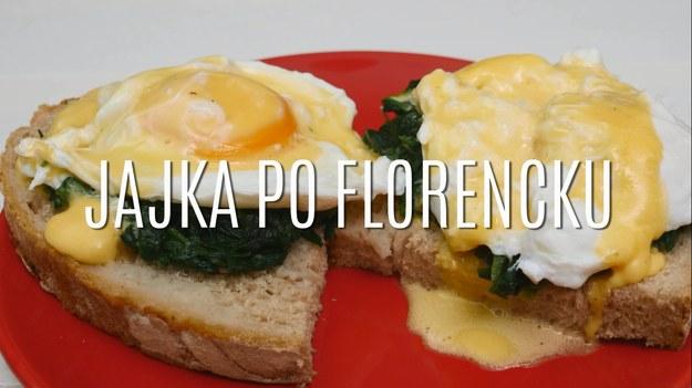 Jajka po florencku to doskonały sposób na podanie jajek w nietypowej formie! Znakomicie sprawdzają się jako element wykwintnych kanapek, których smak zachwyci wszystkich! Jeśli szukacie odmiany dla klasycznych sposobów na podawanie jajek, spróbujcie ugotować je bez skorupki w wodzie z octem, a następnie podać na kanapce - będziecie zaskoczeni tym smakiem!