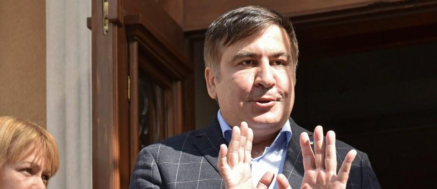 Przedstawiciele Straży Granicznej Ukrainy weszli do hotelu we Lwowie, gdzie zatrzymał się pozbawiony ukraińskiego obywatelstwa były prezydent Gruzji Micheił Saakaszwili i wręczyli mu protokół administracyjny o nielegalnym przekroczeniu granicy państwa.