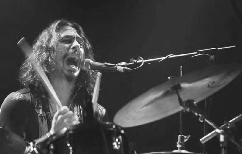 W drugiej połowie listopada ukaże się wspólna płyta Steve'a Howe'a (gitarzysta Yes) i jego syna Virgila Howe'a, zmarłego nagle we wrześniu perkusisty i kompozytora brytyjskiej grupy Little Barrie.