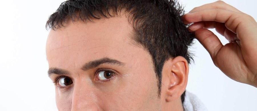 Jak pomóc włosom? Najważniejsze jest nawilżanie, wzmacnianie i odżywianie. Najlepiej sięgać po kosmetyki bogate w witaminy A i E, proteiny i keratynę, oleje roślinne. Ale zanim rozpoczniemy intensywny plan pielęgnacji, konieczny jest... peeling.