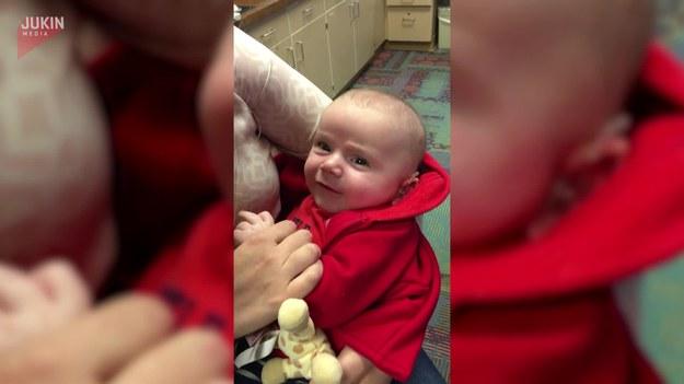 Nagranie pokazujące reakcje dziecka, gdy po założeniu aparatu słuchowego usłyszał dźwięki po raz pierwszy w życiu. Urocza reakcja.