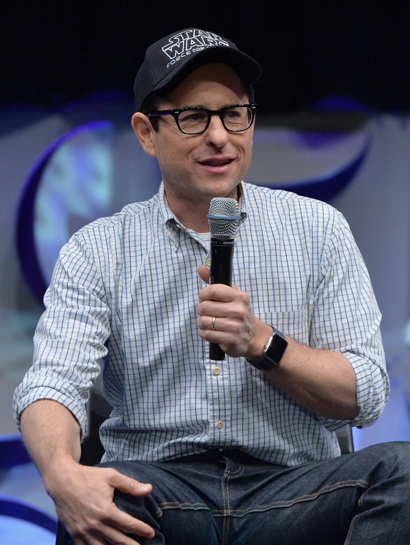 """J.J. Abrams wyreżyseruje """"Gwiezdne wojny. Epizod IX"""" ogłosił Disney. Zastąpił zwolnionego Colina Trevorrowa. Studio przesunęło także datę premiery filmu - z maja 2019 roku na 20 grudnia."""