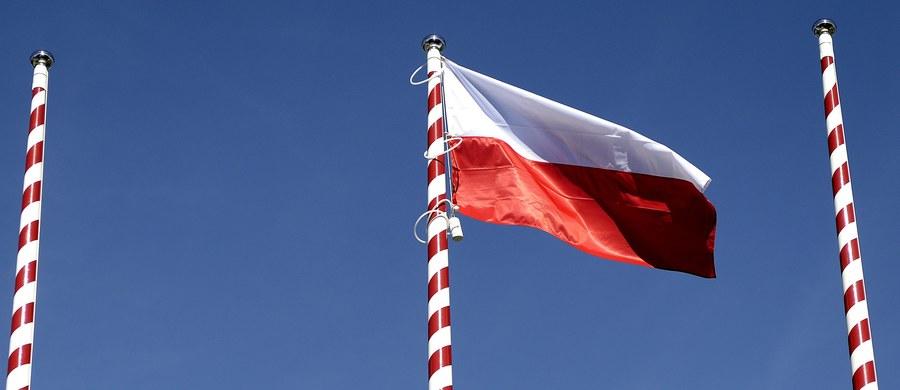 """Polska i inne kraje Środkowej Europy to """"zbuntowane kolonie"""", tak mocno uzależnione gospodarczo od Niemiec i kilku innych państw zachodu Europy, że nacjonalistyczny bunt miejscowych polityków pozostanie jałowy i może co najwyżej zamydlić oczy naiwnym tubylcom. Tak można streścić przełomowy, bo napisany z brutalną szczerością i w duchu rozbrajającego (używam tego słowa nieprzypadkowo) realizmu komentarz publicysty ekonomicznej agencji Bloomberg. Czy rzeczywiście okres postkomunizmu trwale przekształcił nasz region w kolonię?"""