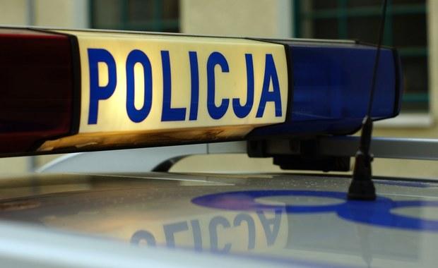 Podkarpaccy policjanci zatrzymali 18-latka, który strzelał z wiatrówki do autobusu jadącego przez Baligród. Młody mężczyzna usłyszał zarzut narażenia pasażerów na utratę życia i zdrowia oraz uszkodzenia mienia. Grozi mu kara do 5 lat pozbawienia wolności.