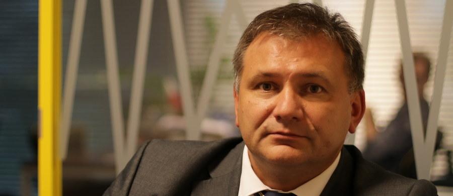 """Trudno powiedzieć, czy proces z Polską Fundacją Narodową byłby rzeczywiście dobrym rozwiązaniem - mówił w Popołudniowej rozmowie w RMF FM rzecznik Krajowej Rady Sądownictwa sędzia Waldemar Żurek. """"Przekonywanie opinii publicznej jest dla nas dzisiaj najważniejsze, dlatego że to społeczeństwo tak naprawdę może dzisiaj obronić niezawisłe sądy. Nie możemy liczyć na prokuraturę"""" - zaznaczył. O proteście KRS ws. kampanii prowadzonej przez PFN sędzia Żurek mówił: """"Myślę, że to jest głos: 'Obywatelu, zobacz, jaka jest prawda'. Chodzi o to, żeby obywatel wyrobił sobie zdanie, bo dzisiaj jest obiektem manipulacji. To, co się pokazuje, to kłamstwo i manipulacja oraz obrzucanie błotem"""". """"Mamy teraz takie zadanie, żeby każdy opisany (w kampanii PFN) przypadek - część już zidentyfikowaliśmy - odkłamywać"""" - podkreślił również rzecznik KRS. Jak zaznaczył: połowa przypadków opisanych w kampanii Polskiej Fundacji Narodowej to kłamstwa. """"Podam przykład sędzi, która ukradła spodnie. Osoba, która od 12 lat przebywa w stanie spoczynku, czyli na sędziowskiej emeryturze. Sądziła w bardzo ciężkim wydziale najtrudniejsze sprawy karne, przechodzi załamanie nerwowe - czasem ta praca po prostu emocjonalnie nas przerasta - wpada w ciężką chorobę, która trwa do dzisiaj. I tą osobę pokazuje się dzisiaj jako złodziejkę spodni - nie patrząc na to, że od 12 lat nie pracuje czynnie i jest po prostu ciężko chora. I to jest obrzydliwe"""" - podkreślił Waldemar Żurek."""