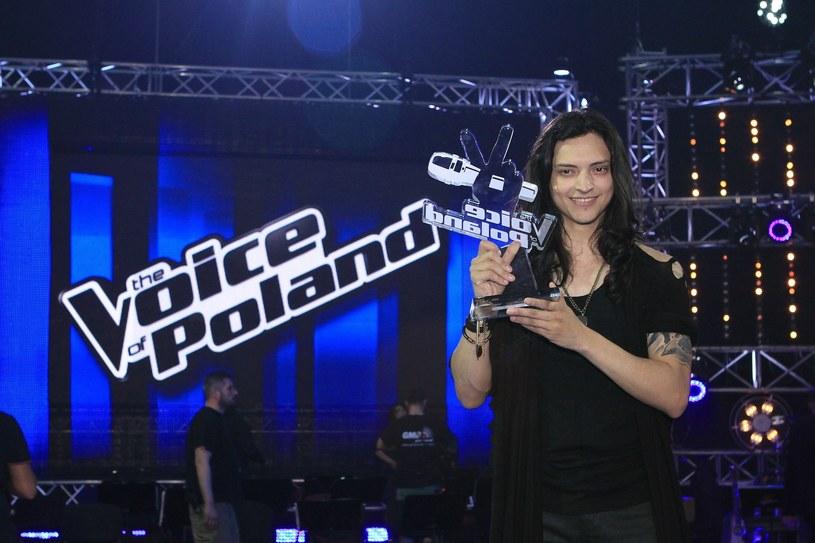 """Trenerzy w talent show """"The Voice of Poland"""" skupieni są na wyszukaniu najlepszego głosu w Polsce. Nie jest jednak powiedziane, że musi być to głos Polaka lub Polki. Dlatego też w każdej z edycji mogliśmy usłyszeć i zobaczyć utalentowanych obcokrajowców lub Polaków mających zagraniczne korzenie. Przypominamy występy kilku z nich."""