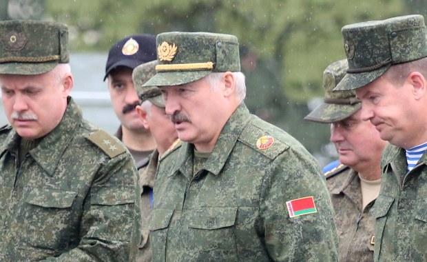"""""""Nikomu nie zagrażaliśmy i nie zagrażamy, chcemy bezpieczeństwa dla Białorusi"""" - powiedział białoruski prezydent Aleksandr Łukaszenka na poligonie pod Borysowem, gdzie obserwował ostatnie epizody rosyjsko-białoruskich manewrów Zapad-2017. """"Współpraca wojskowa Białorusi i Rosji nie jest skierowana przeciwko innym państwom. Służy wyłącznie obronie interesów państwowych"""" - oświadczył Łukaszenka, podkreślając, że manewry """"nie były pokazówką"""". """"Napadać na nikogo nie zamierzamy, ale jeśli nam, jak to mówią po rosyjsku, dadzą 'po mordzie', to odpowiemy"""" - zaznaczył. Środa to ostatni dzień białorusko-rosyjskich manewrów strategicznych Zapad-2017."""
