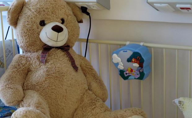 Prokuratura w Koszalinie wyjaśni przyczyny śmierci jednego z bliźniąt, które zmarło na porodówce tamtejszego szpitala wojewódzkiego. Matka dziecka zarzuca lekarzom, że źle prowadzili diagnostykę i zbyt późno zdecydowali się na cesarkę. Gdy przeprowadzili zabieg, jeden z płodów był już martwy.