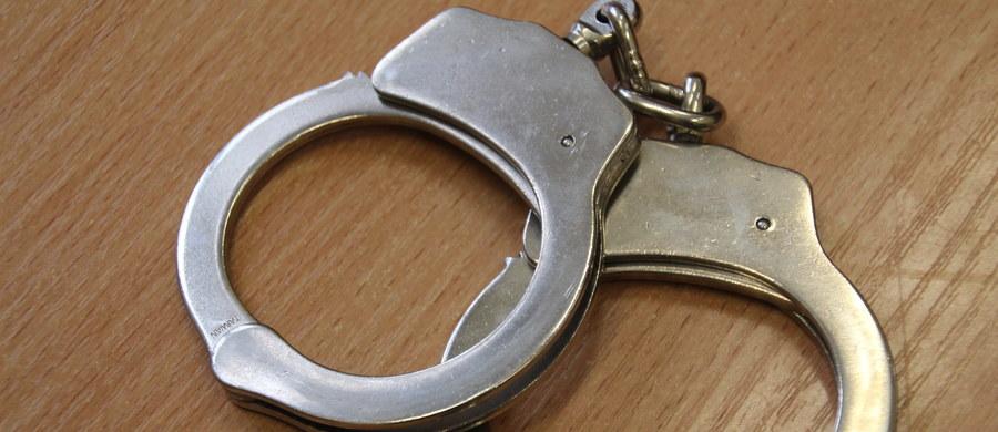 """69-letni mężczyzna, w Prokuraturze Rejonowej w Płocku, usłyszał zarzut nielegalnego posiadania materiałów wybuchowych. W bloku, w którym w przeszłości mieszkał, znaleziono między innymi: przypuszczalnie trotyl i amunicję. Przesłuchiwany przyznał się do winy. """"Wobec podejrzanego zastosowano dozór policyjny"""" - podał prokurator rejonowy w Płocku Norbert Pęcherzewski. Odmówił jednak informacji, powołując się na tajemnicę śledztwa, czy mężczyzna wyjaśnił w trakcie przesłuchania, skąd i po co miał materiały wybuchowe."""