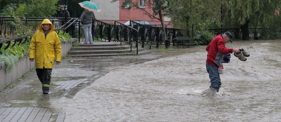Przekroczone stany ostrzegawcze na Wiśle, Sole, Stryszawce w Małopolsce. Takie są ostrzeżenia meteorologiczne i hydrologiczne dla południowej Polski. Intensywne opady deszczu i temperatury w granicach 12-19 stopni Celsjusza - taka aura będzie nam towarzyszyć aż do przyszłego czwartku.
