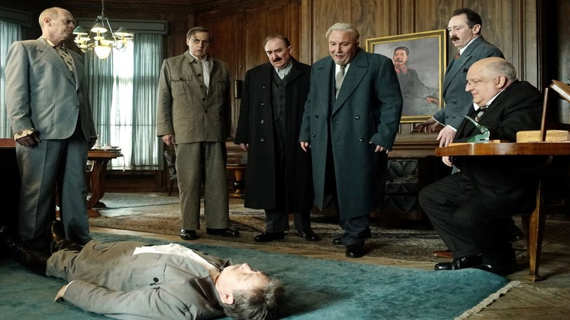 """20 października do brytyjskich kin zawitać ma komediodramat Armando Iannucciego """"The Death of Stalin"""". Film może jednak nie doczekać się swojej rosyjskiej premiery. Na Kremlu trwa dyskusja nad jego oficjalnym zablokowaniem."""